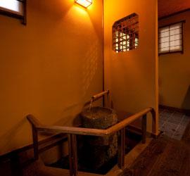 歴史に彩られた茶室に模す