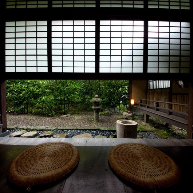 闇や自然の中に佇む日本建築の粋