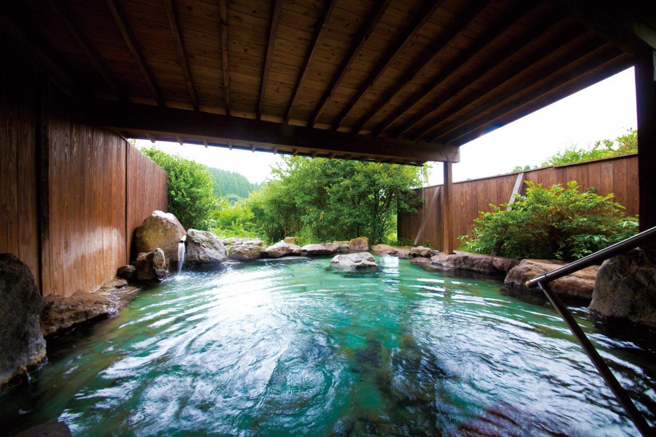 ゆふいんの森と風を 全身に感じながら浸る露天風呂