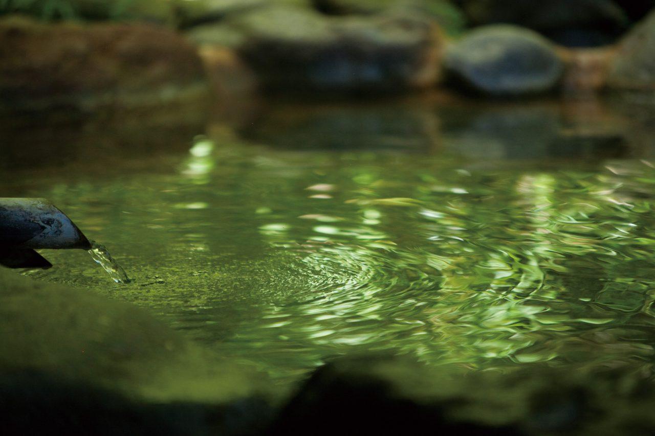 特別室の奥、白滝川に沿う貸切露天風呂。